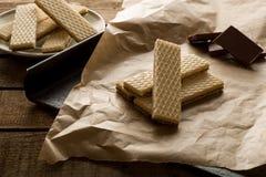 Chokladwaffers på träbakgrunden Arkivbild