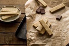 Chokladwaffers på träbakgrunden Royaltyfri Foto