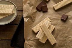 Chokladwaffers på träbakgrunden Fotografering för Bildbyråer