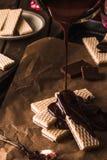 Chokladwaffers på träbakgrunden Royaltyfri Bild