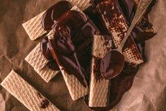 Chokladwaffers på träbakgrunden Arkivbilder