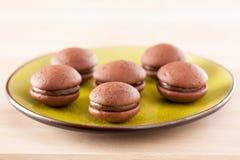 Chokladwhoopies på en maträtt Fotografering för Bildbyråer