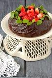Chokolate kaka med jordgubbar Arkivfoton