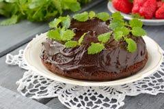 Chokolate kaka med mintkaramellen och jordgubbar Arkivbild