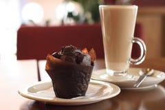 Chokolate Muffin-Kaffee latte Stockbild