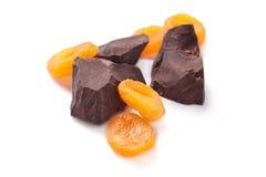 Chokolate und getrocknete Aprikosen Lizenzfreie Stockbilder
