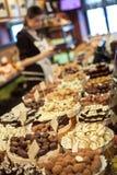 Chokolates och brända mandlar i godis shoppar Arkivbild