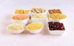 Cholestérol-en abaissant la nourriture aimez l'avoine dans des cuvettes Photos libres de droits