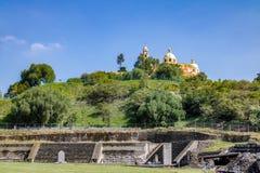 Cholula金字塔废墟与我们的补救的夫人教会的在它顶部- Cholula,普埃布拉,墨西哥 库存照片