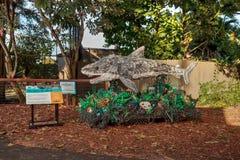 Chompers скульптура акулы сделанная из отброса найденного в океане как часть помытого на берег экспоната искусства и экологическо стоковое изображение rf