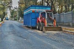 2016/09/24 - Chomutov,捷克共和国-在repa期间,一点红色挖掘机在街道Politickych veznu停放了在Chomutov市 免版税库存图片