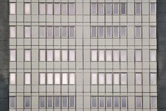 Chomutov,捷克共和国- 2017年12月01日:一点摩天大楼新窗口和门面Armabeton以重建命名  免版税图库摄影