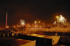 Chomutov,捷克共和国- 2018年1月01日:在新年` s伊芙夜期间,夜在有车库的罗斯福街道点燃 库存照片