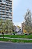Chomutov,捷克共和国- 2018年4月15日:对历史房子和汽车的看法在春天期间的Lidicka街道 库存照片