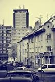Chomutov,捷克共和国- 2018年2月09日:房子和汽车在Karoliny Svetle街道在天期间没有太阳与蓝色黄色st 库存图片