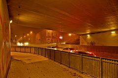 Chomutov,捷克共和国- 2017年11月23日:等待的汽车在交叉点的桥梁下在Blatenska街道, Moravska stre之间 库存照片