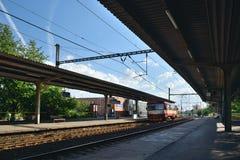 Chomutov,捷克共和国- 2018年6月25日:红色旅客列车Os Ceske Drahy公司16865导致从Chomutov市的Jirkov 免版税库存照片