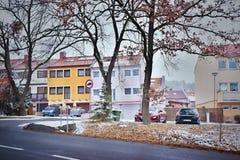 Chomutov,捷克共和国- 2018年3月06日:Blatenska街道命名了与名为导致矿石山的Okal和路的房子的Zatisi 免版税库存照片