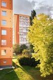 Chomutov,捷克共和国- 2017年9月20日:sonne是光亮的在树和高层房子之间Bezrucova街道的在beginni 库存照片