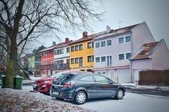 Chomutov,捷克共和国- 2018年3月06日:黑汽车Blatenska街道的欧宝雅特H命名了与名为在backg的Okal的房子的Zatisi 库存照片