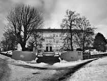 Chomutov,捷克共和国- 2017年1月20日:在与雪的冬天期间gymnazium学校历史大厦Mostecka街道的 免版税库存照片