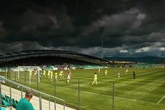 Chomutov,捷克共和国- 2017年7月01日:在斯洛伐克橄榄球俱乐部的守门员的前面一个剧烈的情况 库存照片