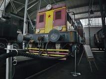 2016/08/28 - Chomutov,捷克共和国-红色和黄色内燃机车T444 0101 库存照片