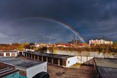Chomutov, Ustecky kraj,捷克共和国- 2017年4月07日:在车库的彩虹和路第13多雨晚上 库存图片