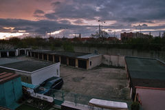 Chomutov, Ustecky kraj,捷克共和国- 2017年4月11日:在车库的日出和寻址13在春天 图库摄影