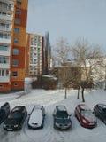Chomutov, Ustecky kraj,捷克共和国- 2017年1月07日:在Lidicka街道的早晨在降雪以后的Chomutov市 库存照片