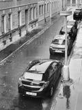 Chomutov, Ustecky kraj,捷克共和国- 2016年11月02日:有闪耀在秋季雨以后的停放的汽车的Lidicka街道 库存图片