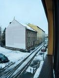 Chomutov, Ustecky kraj,捷克共和国- 2017年1月04日:Lidicka街道照片在降雪以后的Chomutov市 免版税库存图片