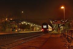 Chomutov, Τσεχία - 23 Νοεμβρίου 2017: το ομιχλώδες φθινοπωρινό βράδυ στο σταθμό τρένου ονόμασε το mesto Chomutov με το σαφές τραί στοκ εικόνες