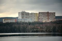 Chomutov, Τσεχία - 4 Φεβρουαρίου 2018: τρία μεγάλα σπίτια που ονομάζονται το πείραμα επάνω από τη λίμνη στυπτηριών jezero Kamenco Στοκ Εικόνες