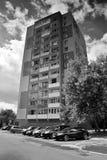 Chomutov, чехия - 12-ое августа 2017: Дом высотного здания и припаркованные автомобили в улице Lidice во время летних отпусков Стоковые Фотографии RF