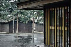 Chomutov, чехия - 4-ое февраля 2018: деревянный коттедж в закрытом autocamp около озера квасцов jezero Kamencove с сезона во врем Стоковые Изображения