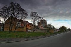Chomutov, Horni Ves, Τσεχία - 22 Απριλίου 2017: σπίτια και γκαράζ στην οδό Lidicka που εξισώνει την άνοιξη την πόλη Chomutov Στοκ Εικόνες