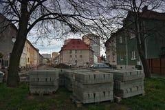 Chomutov, Horni Ves, republika czech - Kwiecień 22, 2017: skrzyżowanie ulicy Rooseveltova i Safarikova podczas odbudowy przy Zdjęcie Stock