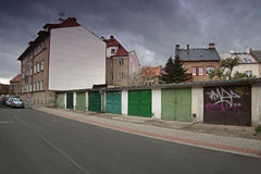 Chomutov, kraj d'Ustecky, République Tchèque - 15 avril 2017 : Support de Ford Mondeo entre les garages à l'itinéraire 13 pendant Photographie stock