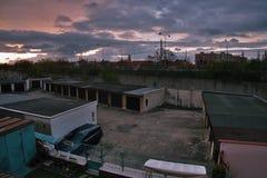 Chomutov, kraj de Ustecky, república checa - 11 de abril de 2017: o nascer do sol sobre garagens e distribui 13 na mola Fotografia de Stock
