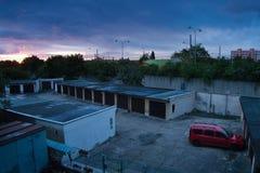 Chomutov, kraj de Ustecky, república checa - 24 de maio de 2017: o nascer do sol sobre garagens e distribui 13 na mola Foto de Stock