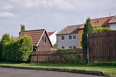 Chomutov, République Tchèque - 23 avril 2018 : peu de maison en bois brune dans le jardin devant la famille loge au printemps le  photos stock