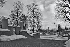 Chomutov, República Checa - 20 de enero de 2017: Calle de Mostecka en invierno con la nieve, los coches y el supermercado Kauflan Fotos de archivo
