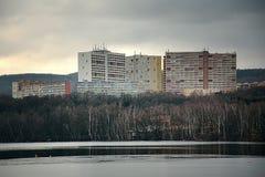 Chomutov, república checa - 4 de fevereiro de 2018: três casas grandes nomearam Experiência acima do lago do alume do jezero de K Imagens de Stock