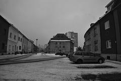 Chomutov, república checa - 20 de janeiro de 2017: rua de Safarikova da noite durante a situação da poluição atmosférica do inver fotografia de stock royalty free