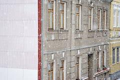 Chomutov, repubblica Ceca - 17 dicembre 2017: Forti precipitazioni nevose in via di Lidicka fra le vecchie case in città ceca di  Fotografie Stock