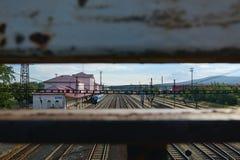 Chomutov, repubblica Ceca - 25 giugno 2018: costruzione storica della stazione ferroviaria, treno passeggeri e molte piste in cit Fotografia Stock