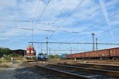 Chomutov, repubblica Ceca - 25 giugno 2018: Le locomotive ed il treno merci stanno nella stazione di treno merci in città ceca di Immagini Stock