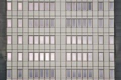 Chomutov, republika czech - Grudzień 01, 2017: Nowi okno i fasada mały drapacz chmur wymieniali Armabeton po odbudowy wewnątrz Fotografia Royalty Free