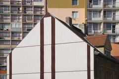 Chomutov, republika czech - Kwiecień 23, 2018: dach stary dziejowy dom w Roosevelt ulicie przed dwa wysokimi domami od c Zdjęcia Royalty Free